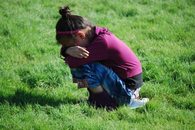 うずくまって泣く少女