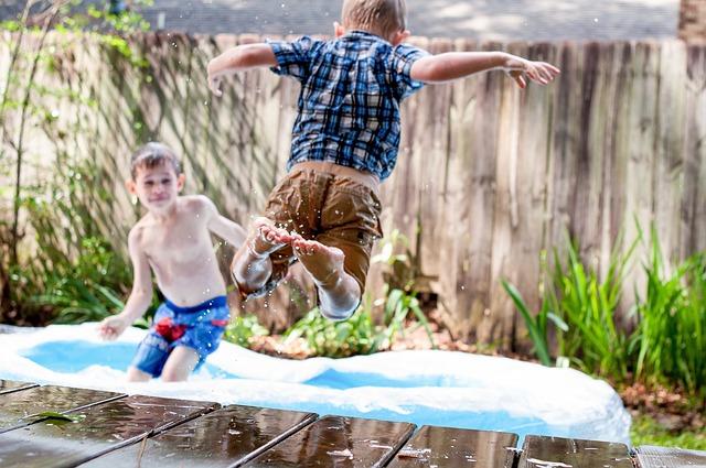 プールへジャンプする少年