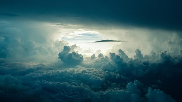雲の切れ間からみえる空