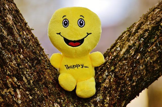 木の上にスマイル人形