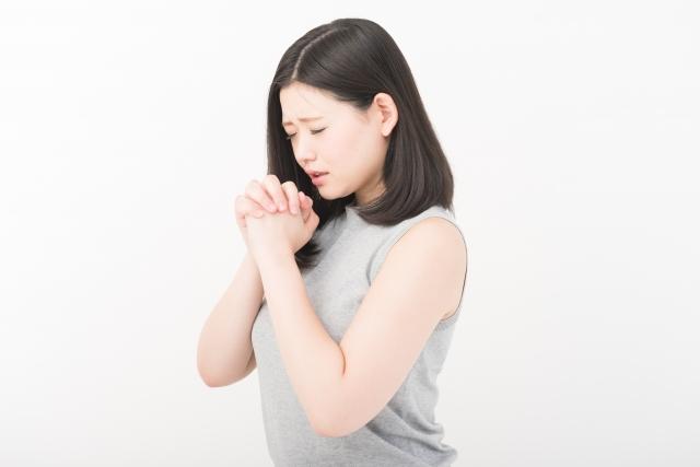 一生懸命に祈る女性